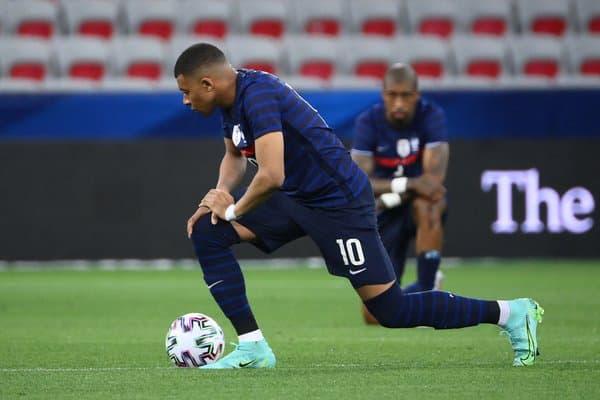 Kylian Mbappé, rodilla en el suelo ante Francia-Gales
