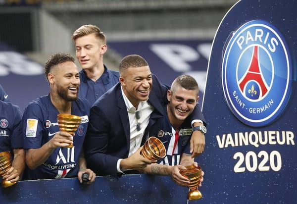 Kylian Mbappé y sus compañeros tras ganar la Copa de la Liga tras el último partido de fútbol ante el Lyon
