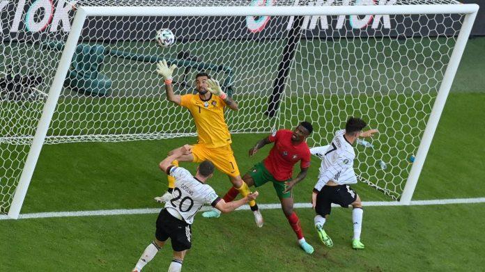 Auteur d'un but refusé par la VAR, le défenseur Robin Gosens a finalement été récompensé en marquant de la tête. PHOTO AFP