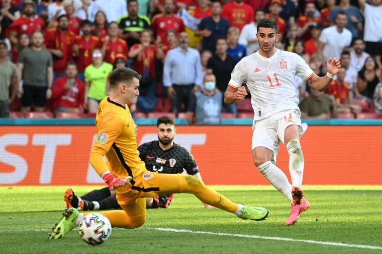 El centrocampista Ferran Torres anotó el tercer gol de España contra Croacia en los octavos de final de la Eurocopa 2020 el 28 de junio de 2021 en Copenhague (POOL / AFP - Jonathan NACKSTRAND)