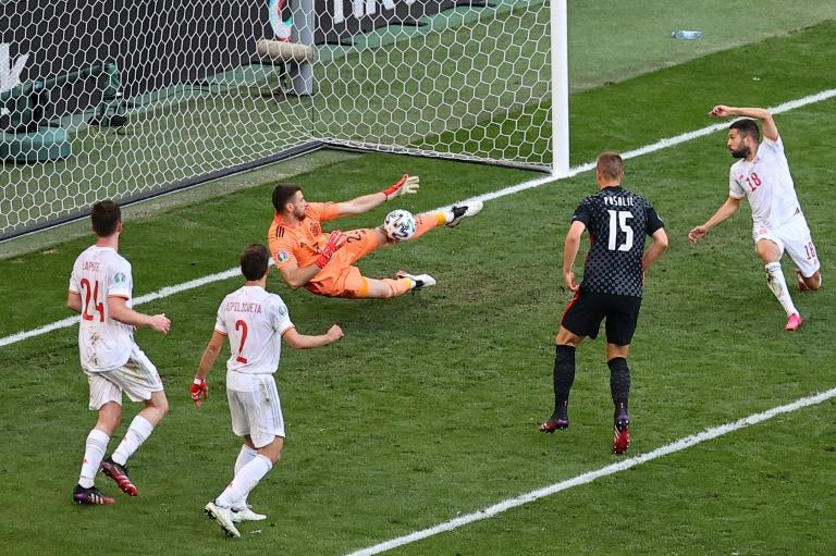 El portero español Unai Simon ataja un disparo croata durante los octavos de final de la Euro 2020 el 28 de junio de 2021 en Copenhague (POOL / AFP - WOLFGANG RATTAY)