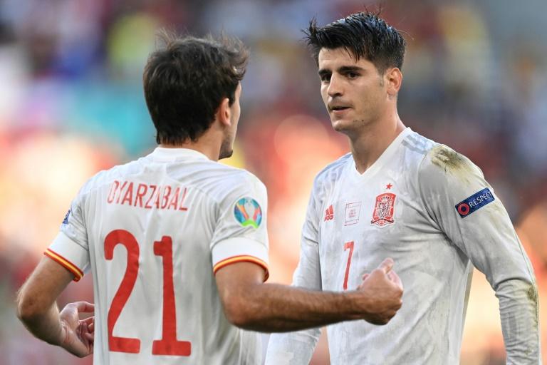 El delantero español Mikel Oyarzabal celebra con el delantero Álvaro Morata su gol ante Croacia en los octavos de final de la Eurocopa 2020, el 28 de junio de 2021 en Copenhague (POOL / AFP - STUART FRANKLIN)