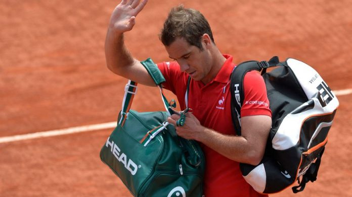 Richard Gasquet quittant le court à Roland-Garros après sa défaite en 2014.
