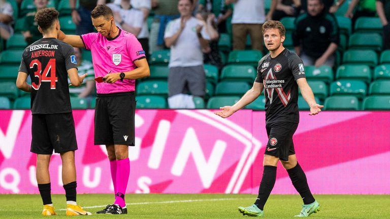 Anders Dreyers abandona el campo tras recibir una tarjeta roja simulada durante el partido de clasificación de la Liga de Campeones entre Celtic y FC Midtjelland.