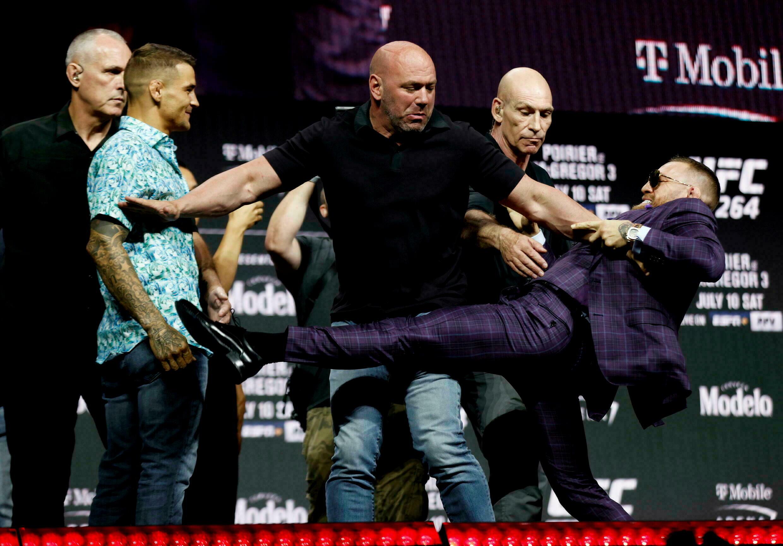 El presidente de UFC, Dana White (centro), impidió que Conor McGregor pateara a Dustin Poirier antes de su tercera pelea.