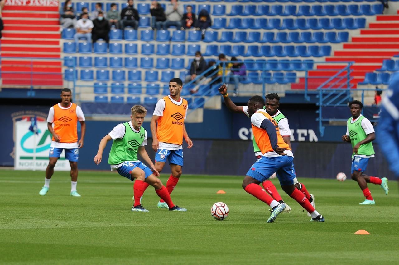 Los jugadores del SM Caen se preparan antes del partido contra el Sochaux