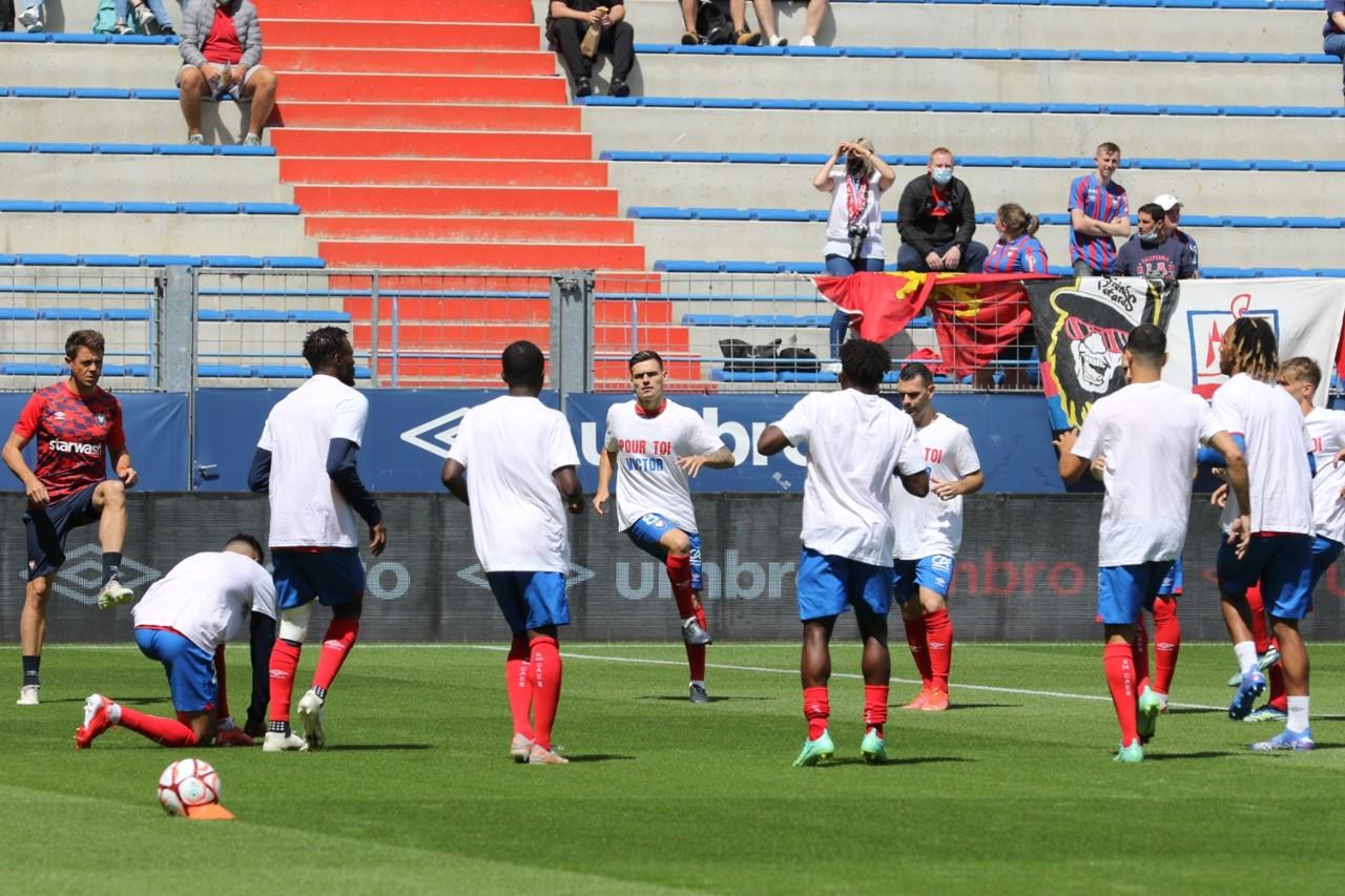 Los jugadores del Stade Malherbe visten una camiseta en honor a Víctor, un animador que falleció recientemente.
