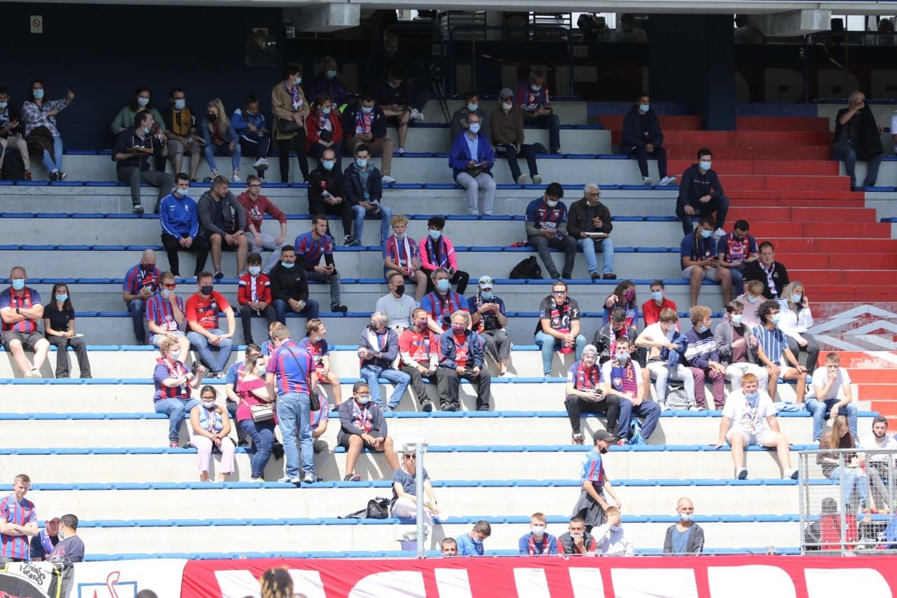 Los aficionados del SM Caen están llegando lentamente al estadio de Ornano.