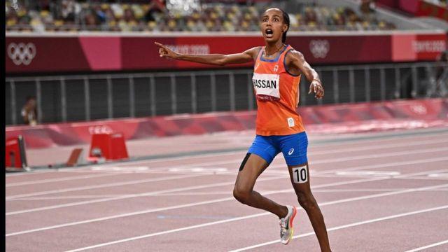Sivan Hassan gana el oro en los 5.000 metros, por delante de Helen Obiri de Kenia y Godaf Tsegai de Etiopía.  La holandesa está validando la primera etapa de su triatlón por delante de los 1500 my los 10.000 m.