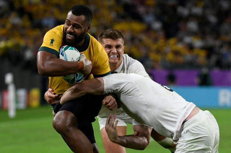 El mediocampista australiano de tres cuartos Samu Kerifi se enfrenta a dos jugadores ingleses, durante los cuartos de final del Mundial, el 19 de octubre de 2019 en Oita (Japón).