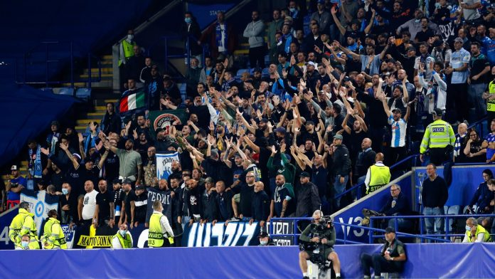 Enfrentamientos en las gradas durante Leicester y Napoli