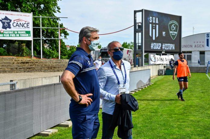 Le manageur d'Agen, Régis Sonnes (gauche), et le président du club, Jean-Francois Fonteneau, avant un match du Top 14 entre le SUA et Pau le mai 2021 au stade Armandie  (AFP/Archives - THIERRY BRETON)