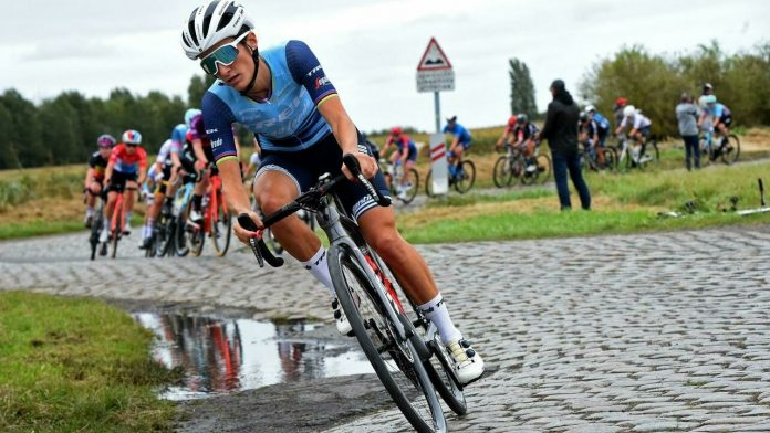 La británica Lizzie Digna gana la primera mujer Paris-Roubaix en la historia
